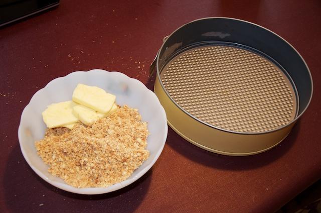 Étape 4 : Il ne reste plus qu'à ajouter le beurre, en malaxant avec ses petits doigts gras.