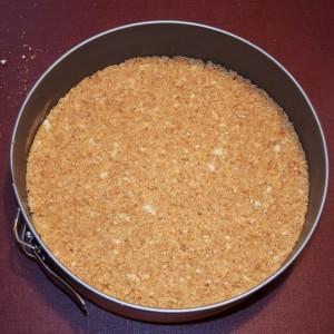 Étape 5 : La base bien tassée au fond du moule, jusqu'aux bords pour améliorer l'étanchéité.