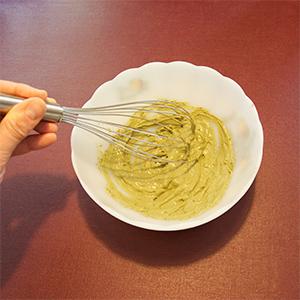 Étape 3 : On fouette le matcha dans la crème.