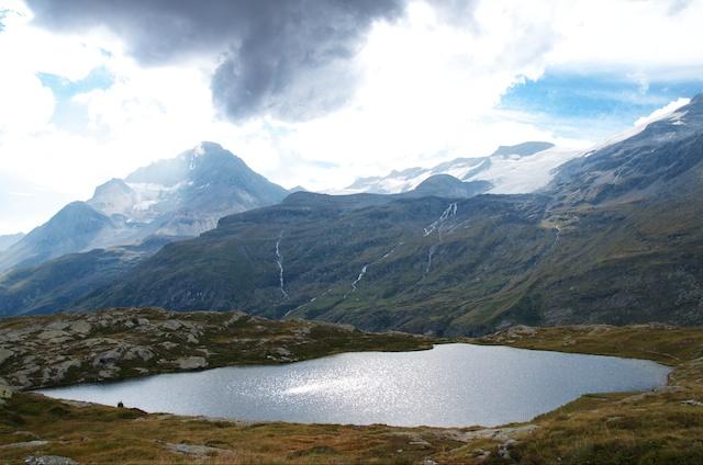 Le lac blanc, la dent Parrachée et le dôme de l'Arpon.