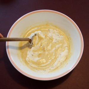 Mélange du mascarpone chocolaté aux oeufs